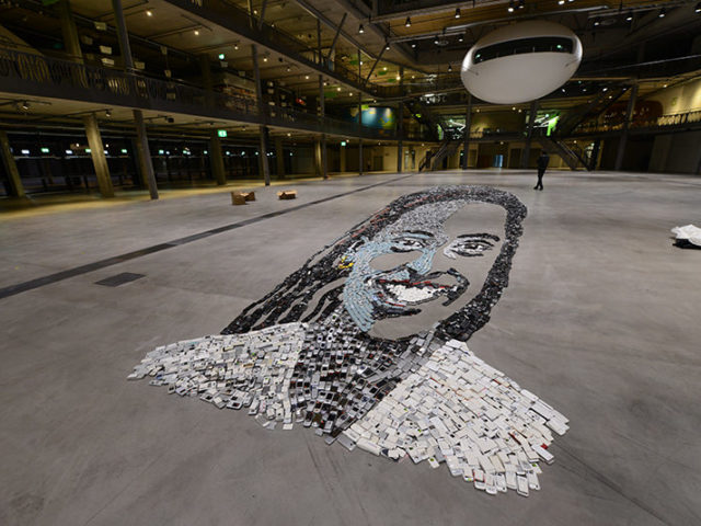 création de portrait géant de jeune fille avec 10'000 téléphones portables recyclés